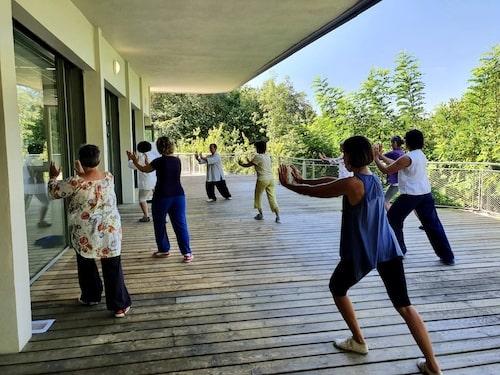 pratique qi gong de groupe terrasse